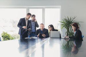 Современата организација помеѓу хиерархискиот и тимскиот начин на менаџирање